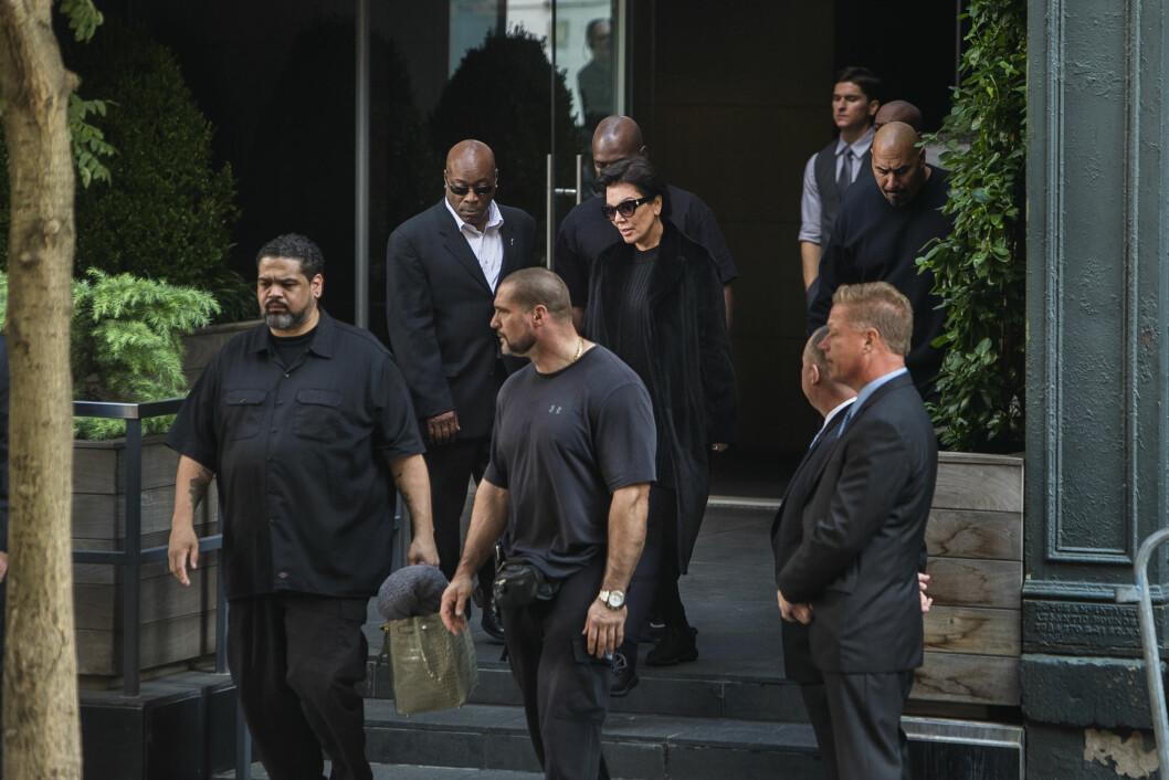 TOK INGEN SJANSER: Kris Jenner besøkte Kim like etter at hun var tilbake i NY. Også hun var omringet av sikkerhetsfolk. Foto: Ap