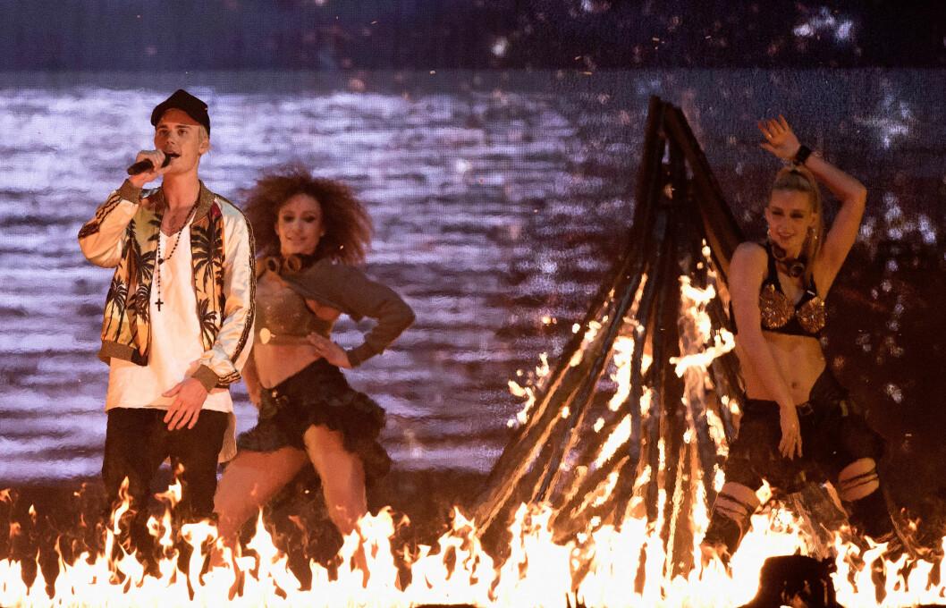 DANSER: Mona Berntsen er en av Biebers dansere på hans pågående turné. Her danser hun rett bak Bieber under et show i London tidligere i år.  Foto: wenn.com/ NTB Scanpix