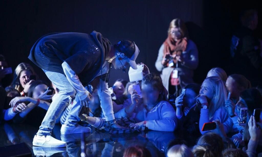 TØRKET OPP: Justin Bieber var tydelig irritert over vannsøl på scenen i Oslo, og gjorde et forsøk på å tørke det opp før han droppet prosjektet og stormet av scenen, og etterlot en sal full av fortvilte fans. Foto: Heiko Junge / NTB Scanpix