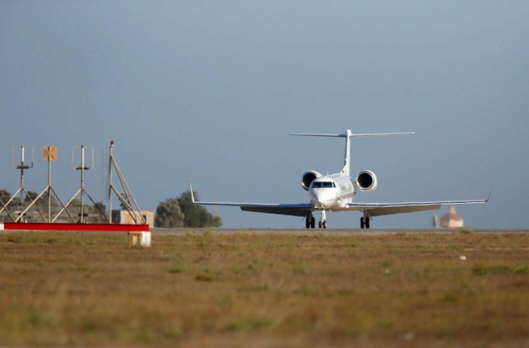 PRIVATFLY: Brad Pitt og Angelina flyr ofte privatfly verden rundt med sin familie. Her ankommer de Malta i en Gulfstream i 2014. Det er ikke kjent om flyet på bildet er det samme som de skal ha reist med i forrige uke. Foto: NTB Scanpix