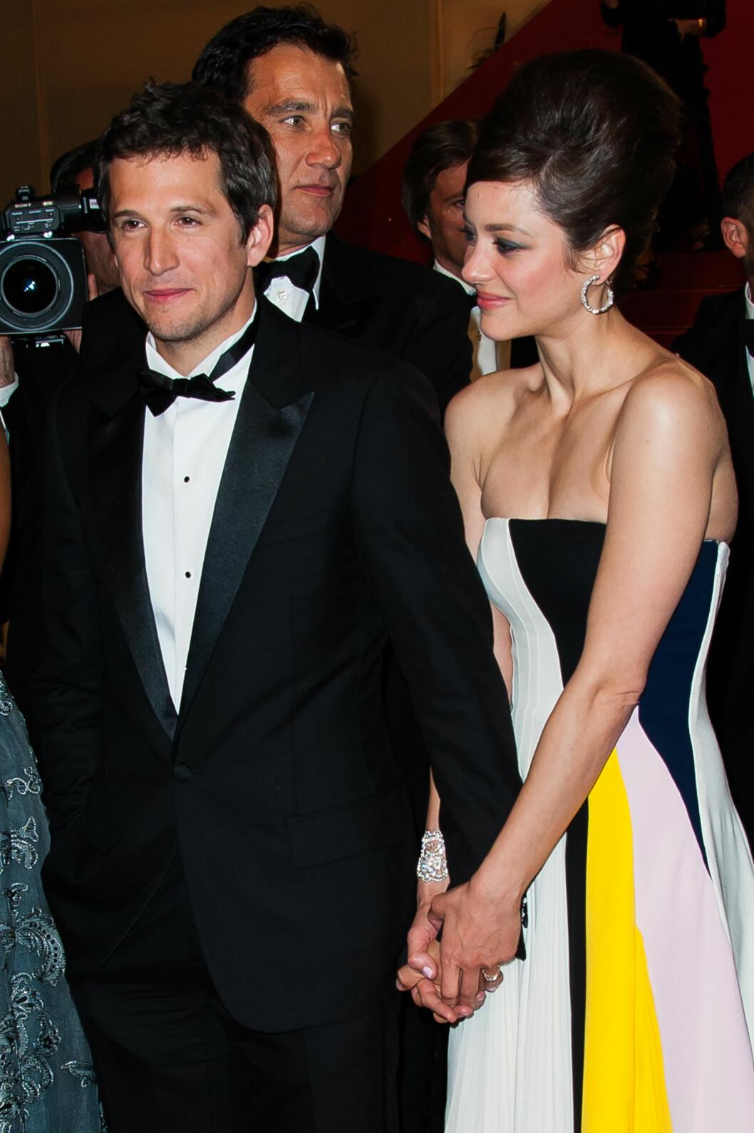 STØDIG PAR: Marion Cotillard og Guillaume Canet har vært sammen siden høsten 2007, og har en liten sønn sammen. Her er de avbildet hånd i hånd på Cannes filmfestival i 2013. Foto: Abaca