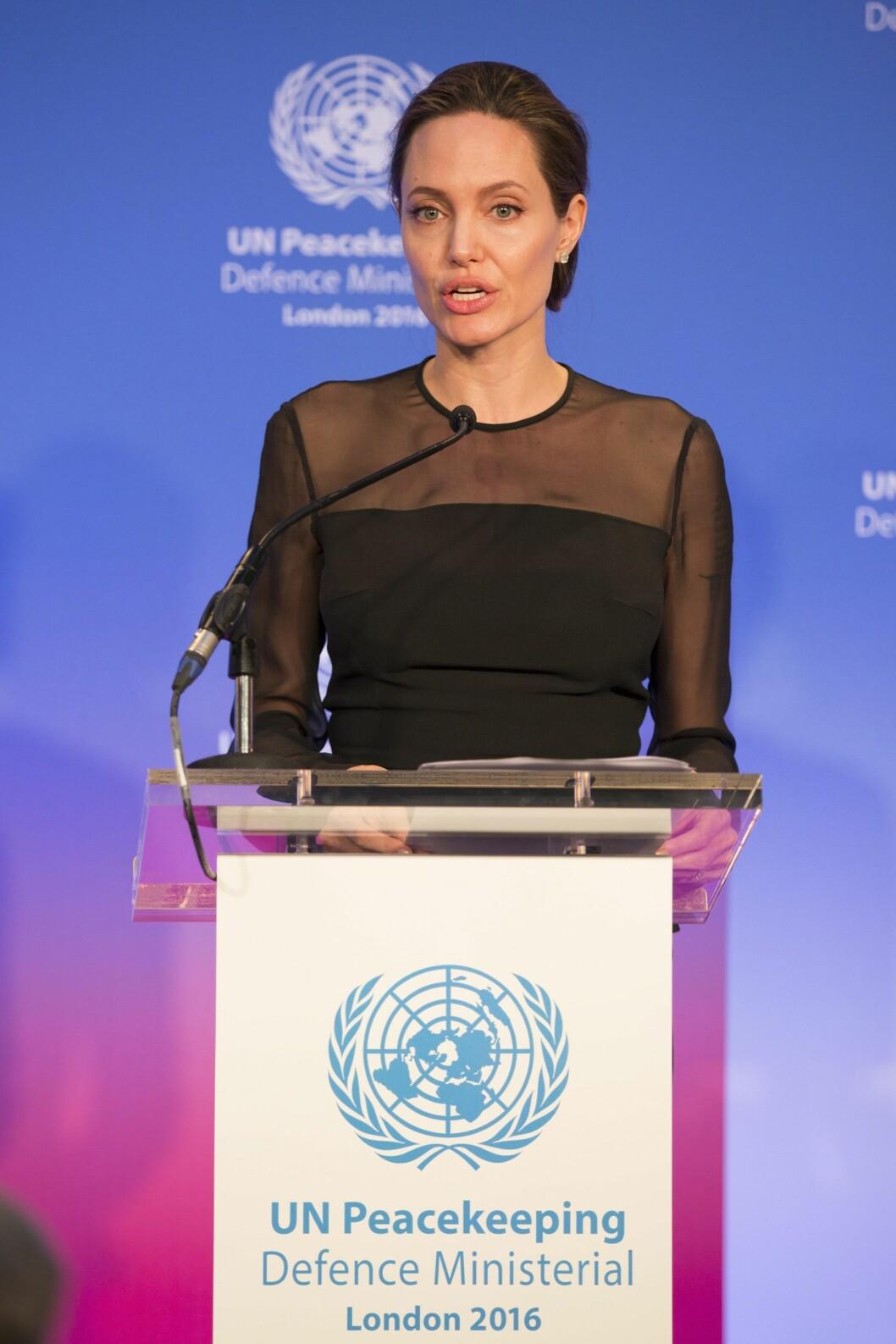 SERIØS DAME: Angelina Jolie har beveget seg bort fra Hollywood og mot humanitært arbeid. Her taler hun under en FN-konferanse i London 8. september, en drøy uke før bruddet med Pitt ble kjent.  Foto: Epa