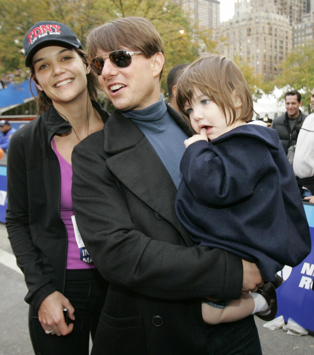 <strong>SER IKKE DATTEREN:</strong> Skuespilleren skal ikke ha sett datteren Suri på tre år. Her er de tre fotografert i 2007.  Foto: Ap