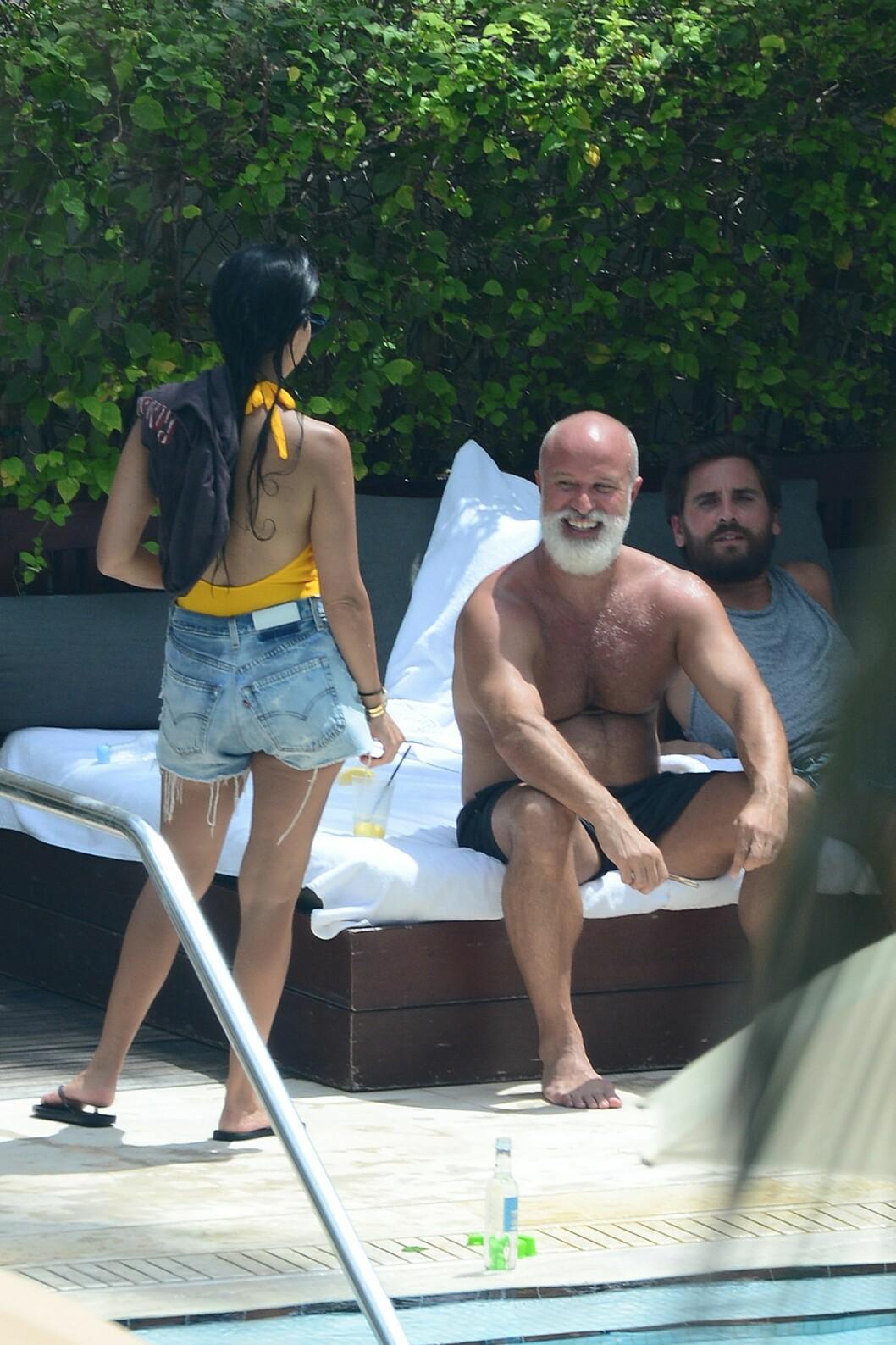 PÅ TUR MED EKSEN: Kourtney Kardashian er opptatt av å ha et godt forhold til eks-kjæresten Scott Disick (ytterst til høyre) av hensyn til deres tre barn. Foto: Xposure