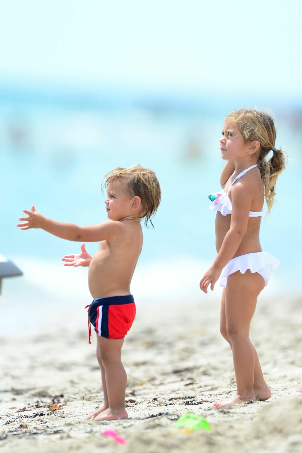 GODE VENNER: Reign og Penelope Disick så ut til å sette pris på å være på ferie med både mamma og pappa. Foto: Xposure