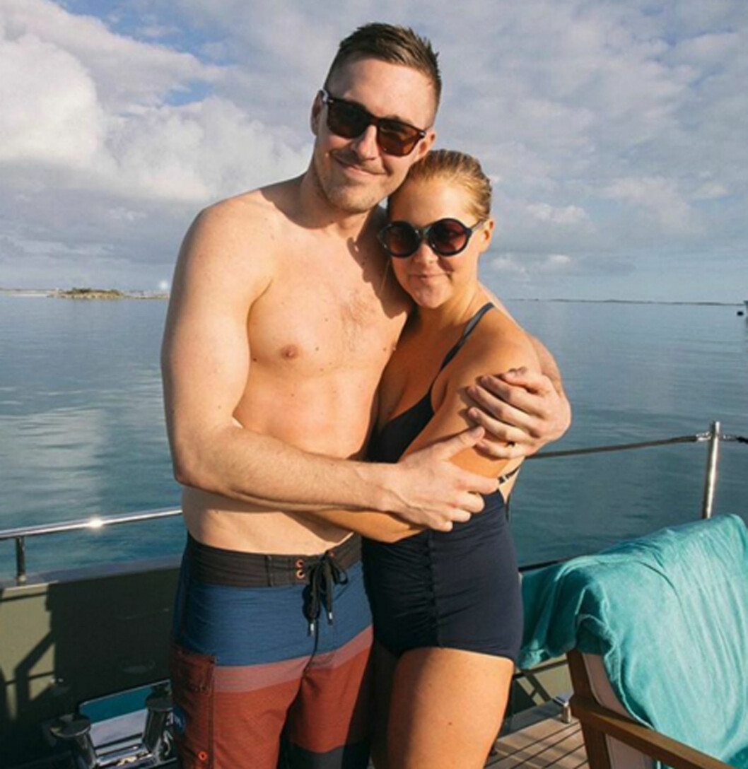 SØTT PAR: Her står paret sammen på en båt. Schumer innrømmer at hun ofte er hard mot seg selv, men at forholdet med Ben er annerledes enn andre forhold.  Foto: Xposure