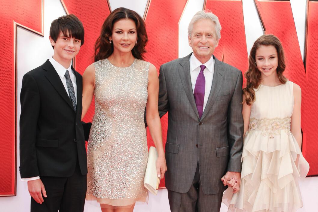 FAMILIELYKKE: Catherine Zeta-Jones og Michael Douglas giftet seg i 2000. De har sønnen Dylan og datteren Carys sammen. Foto: Zuma Press