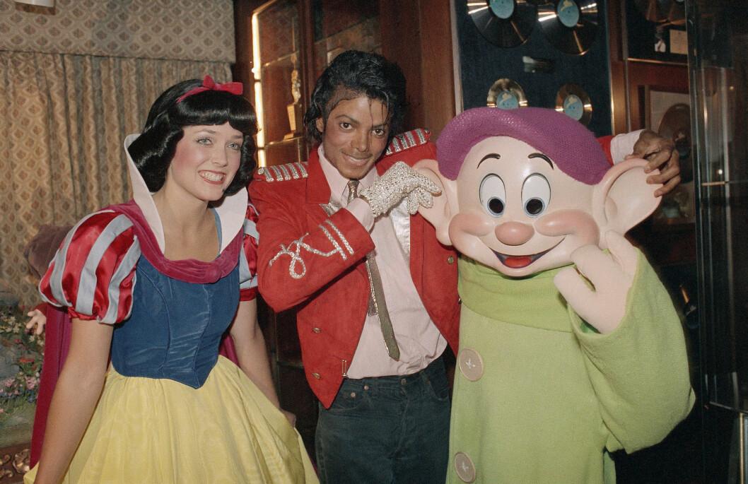 <strong>FIKK BESØK AV DISNEYSTJERNER:</strong> I 1984 bodde MIchael Jackson i Encino. Her har han fått besøk av flere av de kjente figurene fra fornøyelsesparken Disneyland. Foto: Ap
