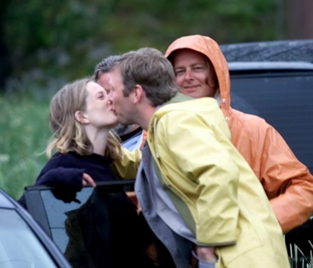 FØR FORHOLDET TOK SLUTT: Maria Bonnevie og hennes da forlovede Mikael Persbrandt kysset hverandre til ære for fotografene.  Foto: Aftenposten