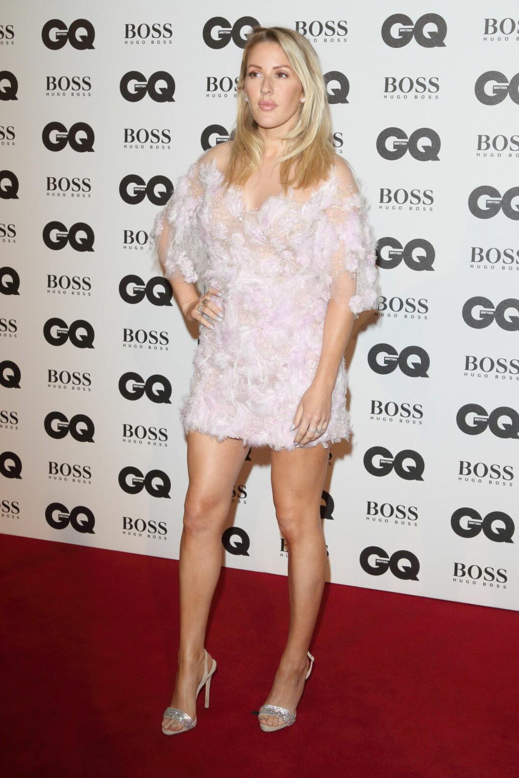 KORT OG GODT: Prins Harrys hete flørt, popstjernen Ellie Goulding, strålte i en kort kjole fra Marchesa. Foto: wenn.com