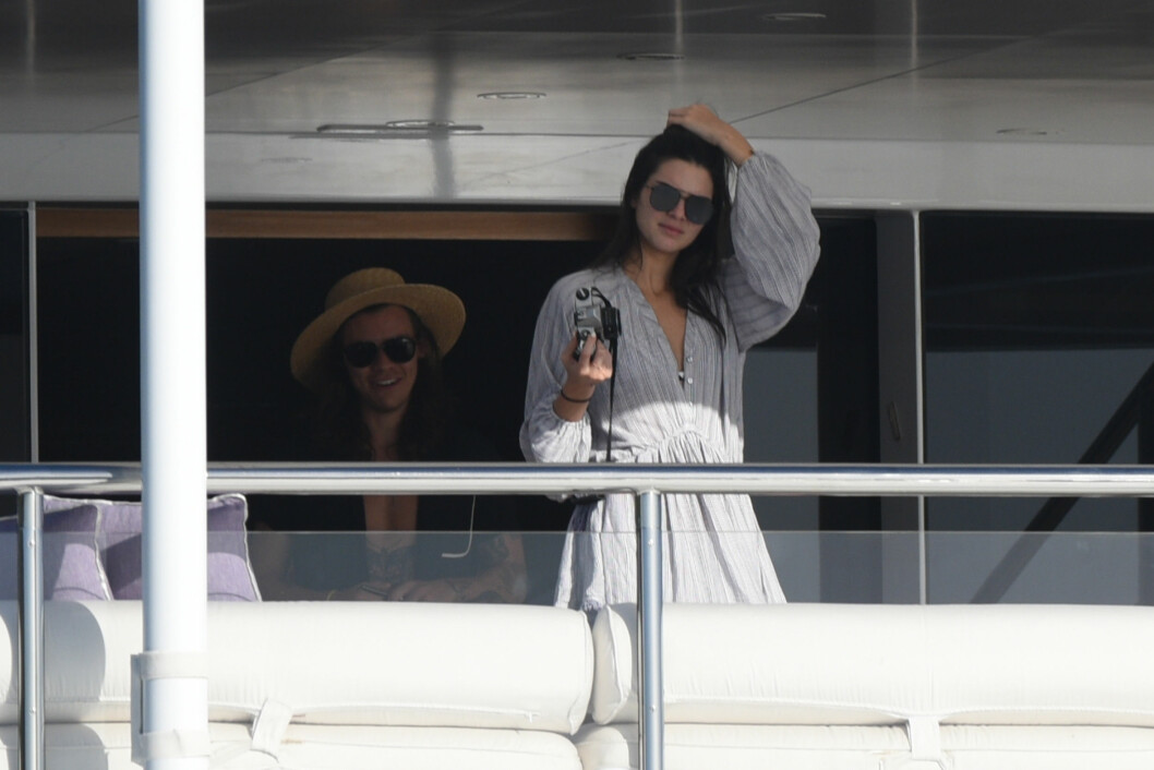 PÅ FERIE SAMMEN: Harry Styles og Kendall Jenner på ferie sammen tidligere i år.  Foto: Splash News