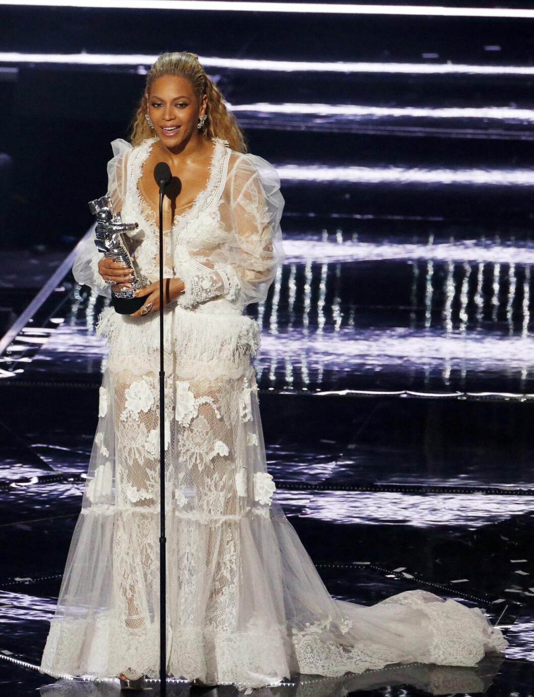 TOK STORESLEM: Under MTV Video Music Awards i New York 28. august, stakk Beyonce av med flere priser enn alle andre. Her takker hun for prisen «Video of the Year», som videoen «Formation» sikret henne. Foto: Reuters