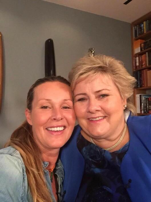 BLIDE DAMER: Dorthe Skappel tok et selfie med selveste statsminister Erna Solberg. Foto: God Kveld Norge
