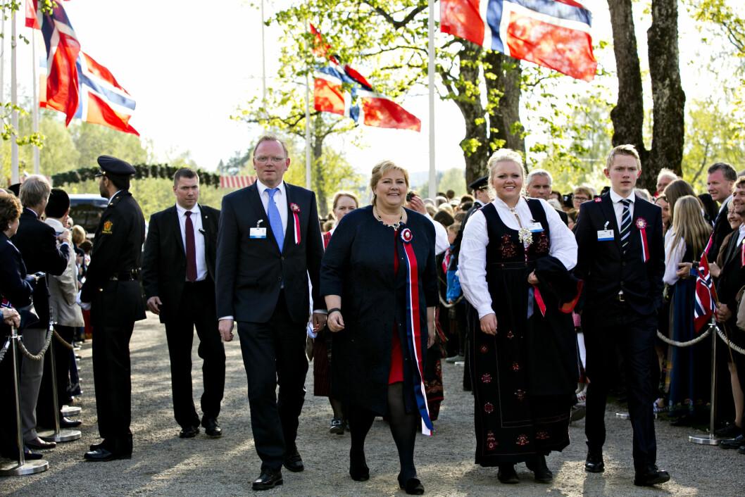 FAMILIEN: Her feirer Erna Solberg, ektemannen Sindre Finnes og barna Ingrid og Erik 17. mai på Eidsvoll i forbindelse med grunnlovsjubileet i 2014. I år var datteren russ i Oslo. Foto: NTB scanpix