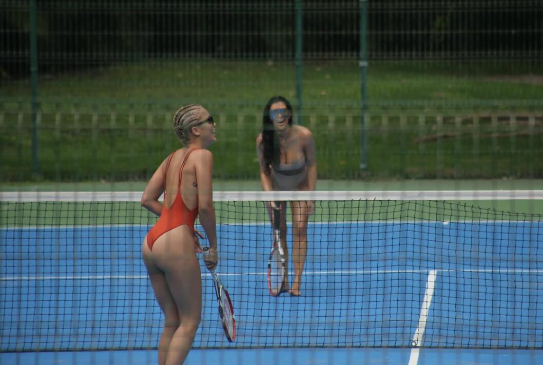 STRÅLTE: Kim Kardashian og venninnen Jasmine smilte og lo mens de spilte mot hverandre på tennisbanen.  Foto: Splash News