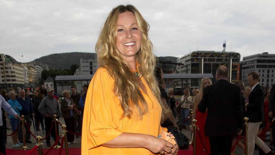 AVSLAPPET STIL: TV 2-profil Dorthe Skappel innrømmer at hun tar på seg en slags maske når hun inntar den røde løperen. PÅ TV 2s Høstlansering stilte hun i en oransje, løstsittende kjole.  Foto: Andreas Fadum/ Se og Hør