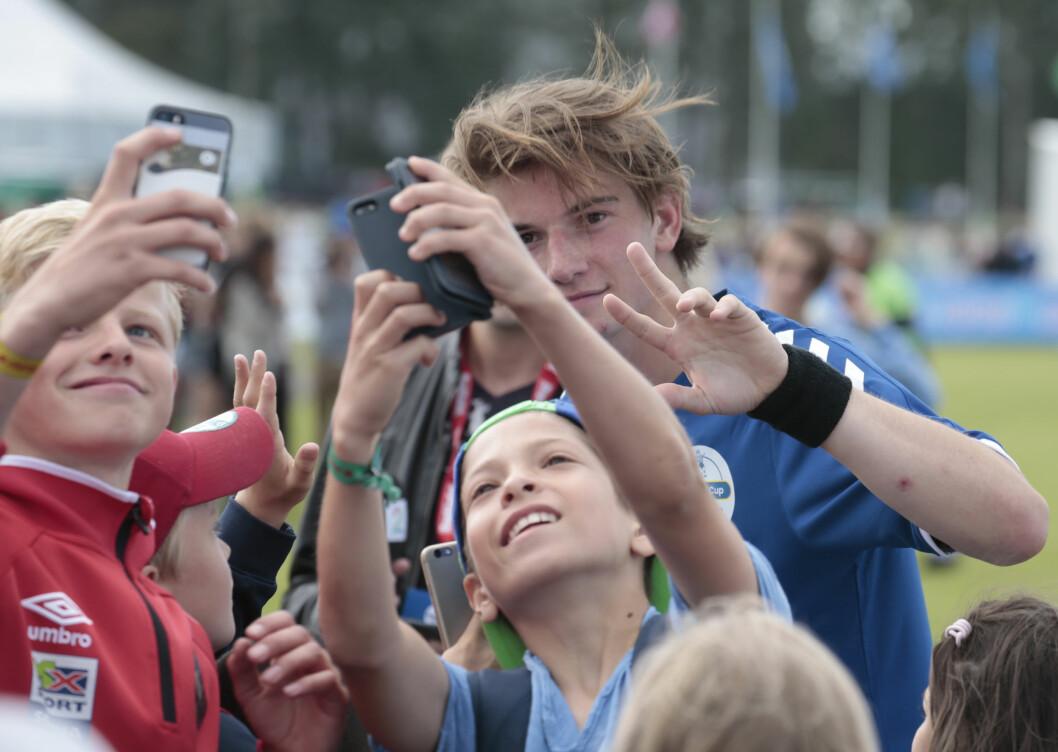 POPULÆR KAR: Skuespiller Thomas Hayes fotografert med fans etter Verdikampen på Norway Cup på Ekebergsletta tidligere i sommer. Ingen tvil om at han er populær blant folket. Foto: NTB Scanpix