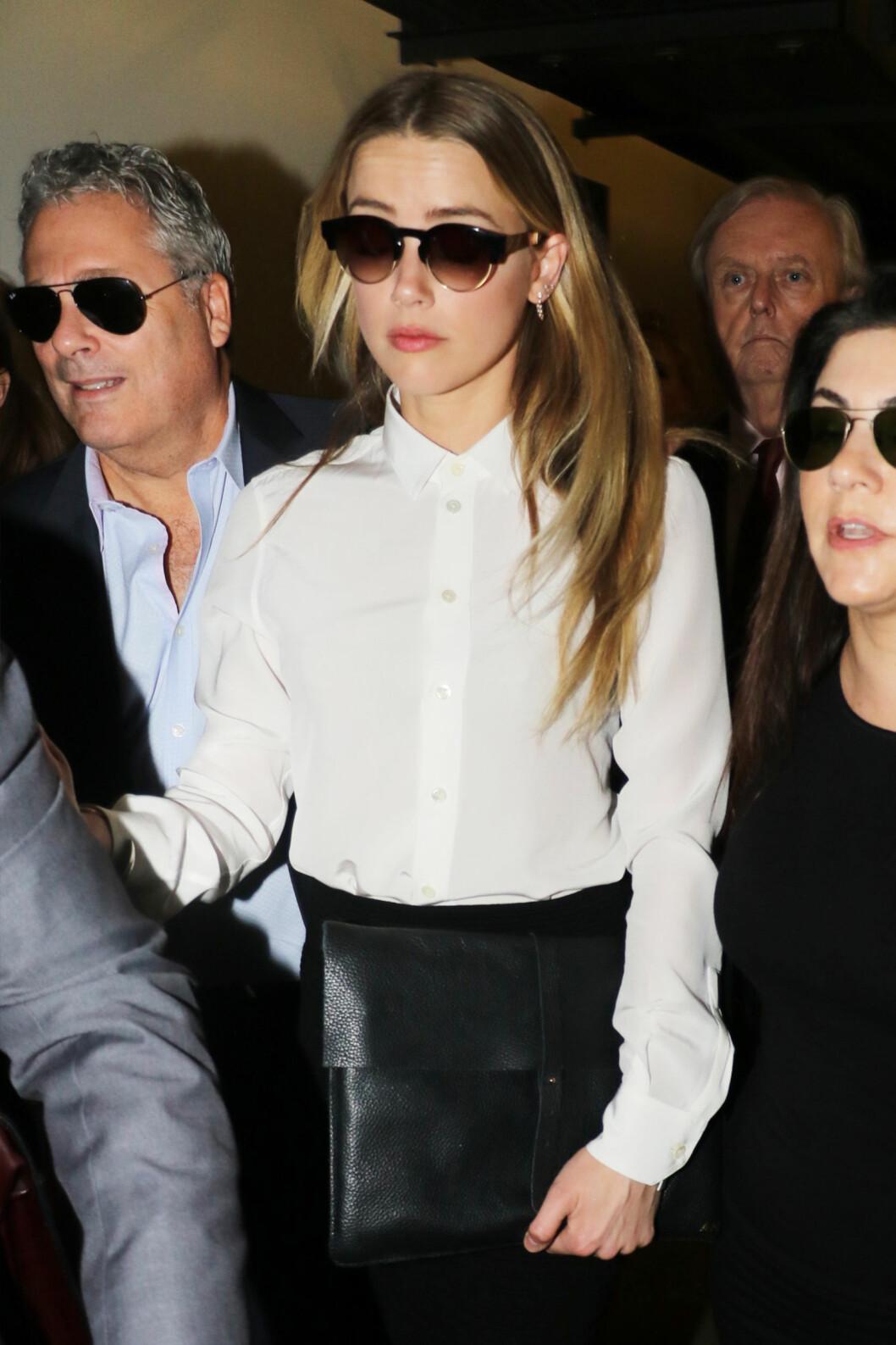 GIKK TIL SAK: Amber Heard avbildet i Los Angeles sammen med advokat-teamet sitt lørdag.  Foto: Splash News