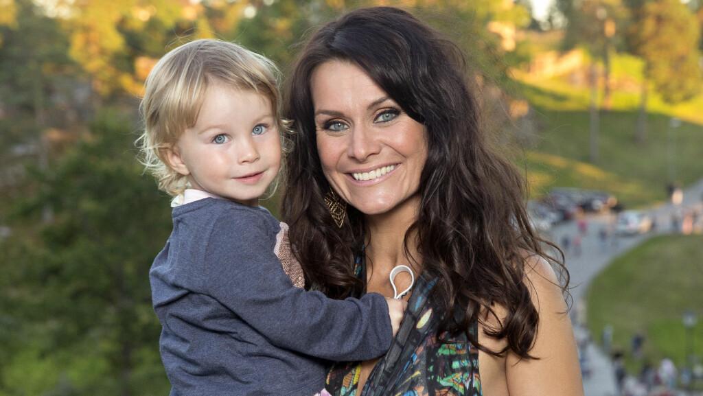 NYTER TIDEN: Katrine Moholt fikk datteren Sofia Linn rett før hun fylte 40 år. Her er mor og datter under «Allsang på grensen».  Foto: Espen Solli