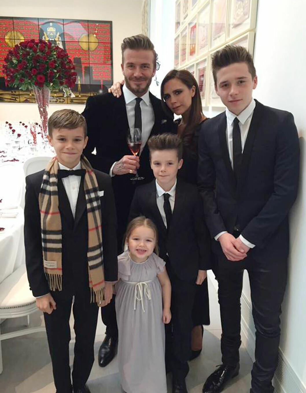 FLOTT FAMILIE: David og Victoria Beckham er et av verdens mest profilerte ektepar. Her sammen med sine fire barn: Romeo, Harper, Cruz og Brooklyn.  Foto: Xposure