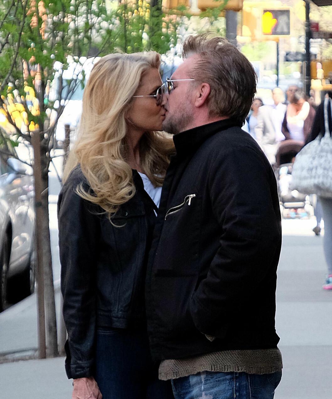 FRA LYKKELIGE TIDER: Christie og John var ikke redd for å vise følelsene i full offentlighet. Her på en spasertur i New York i vår.  Foto: Splash News