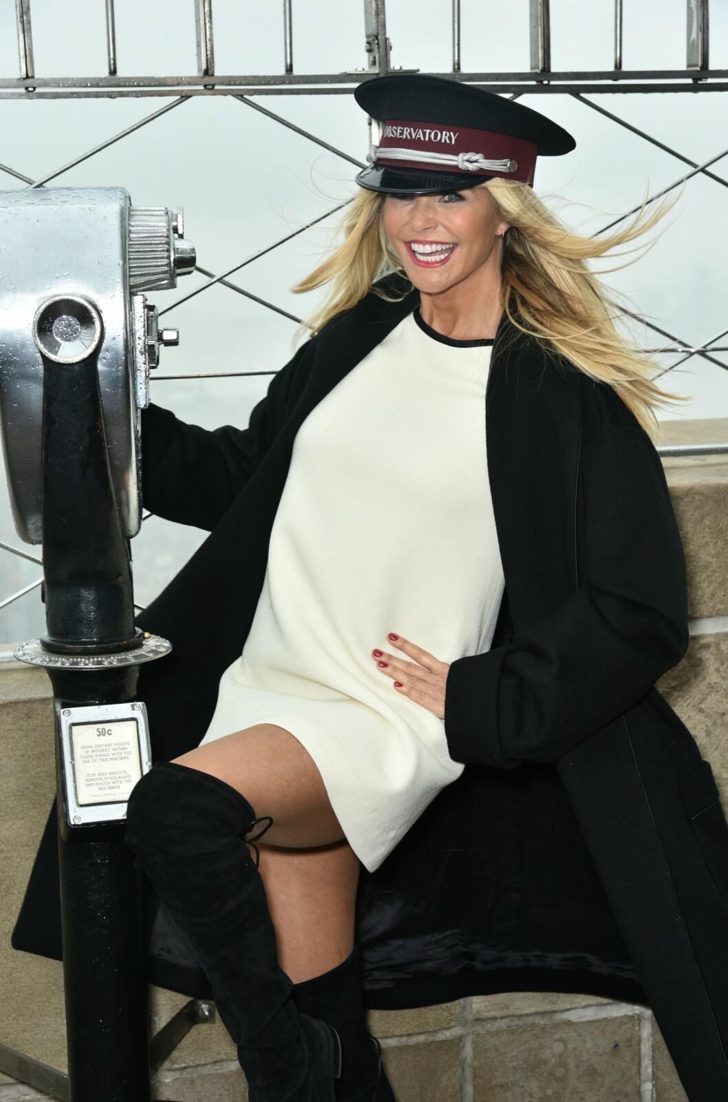 SEXY I SEKSTI-ÅRENE: I desember stilte Brinkley i lårhøye støvletter og kort kjole da hun tente lysene på Empire State Building i New York. Foto: Rex Features