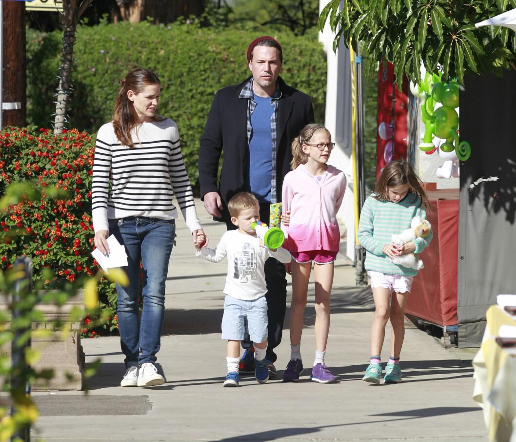 GOD TONE: Her er hele familien på shoppingtur i Los Angeles sammen i november i fjor. Foto: Xposure