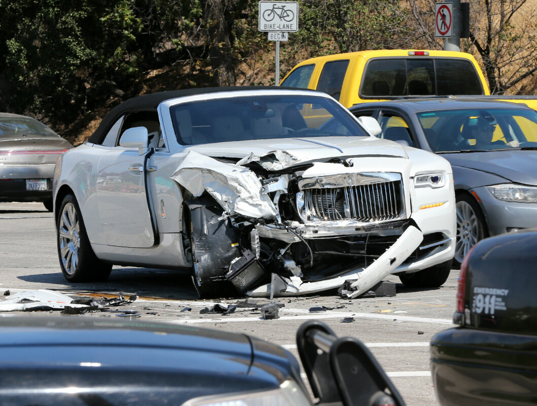 VRAK; Bilen til Kris Jenner fikk en massiv skade etter en annen bil frontkolliderte med henne på motorveien.  Foto: Splash News