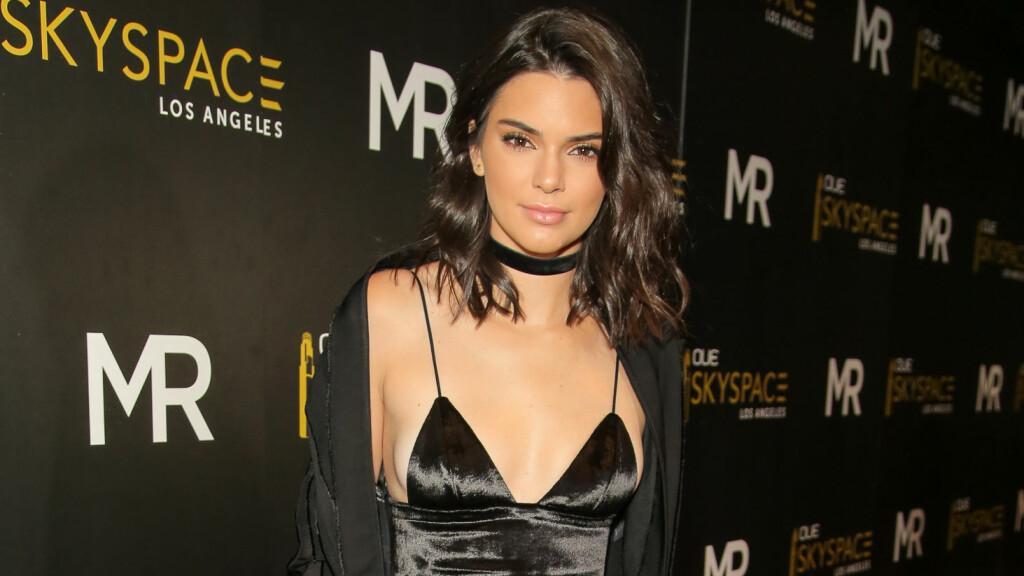 SELVSIKKER: Smellvakre Kendall Jenner avslører grunnen til at hun gjerne dropper å bruke BH under tettsittende topper. Foto: Rex Features