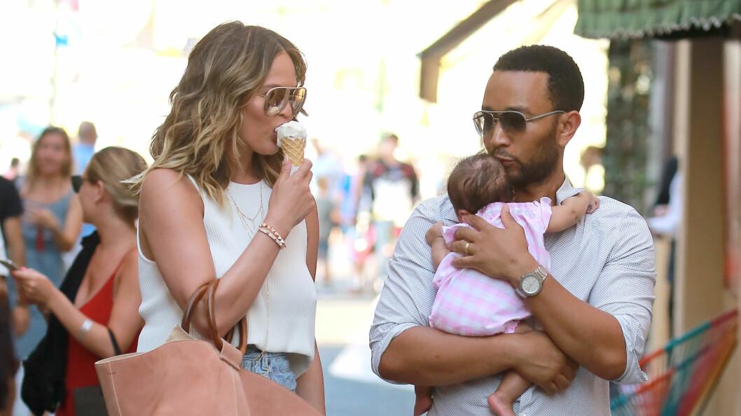 SØTE: Chrissy Teigen og ektemannen John Legend, med babyen Luna Simone på tur i Saint Tropez for noen dager siden.  Foto: Abaca
