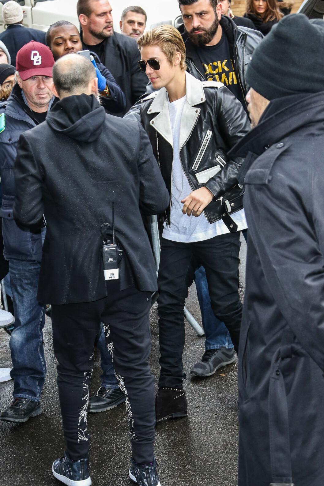 I SORT-HVITT: Da Justin Bieber ankom Kanye Wests «YEEZY Season One»-motevisning i New York torsdag, var han iført bikerjakke og mørke pilotbriller.  Foto: Splash News/ All Over Press