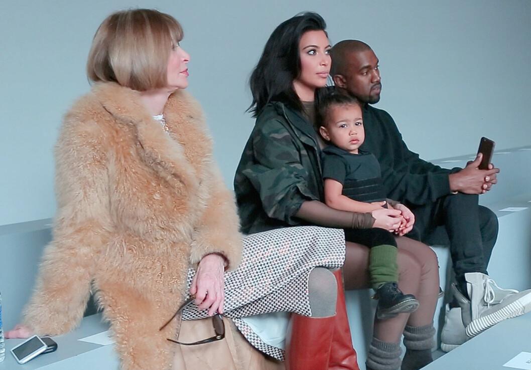 PROFILERT FAMILIE: Anna Wintour sammen med Kim, Kanye og parets angivelige «motetilbehør», datteren North, før visningen torsdag. Foto: Splash News/ All Over Press