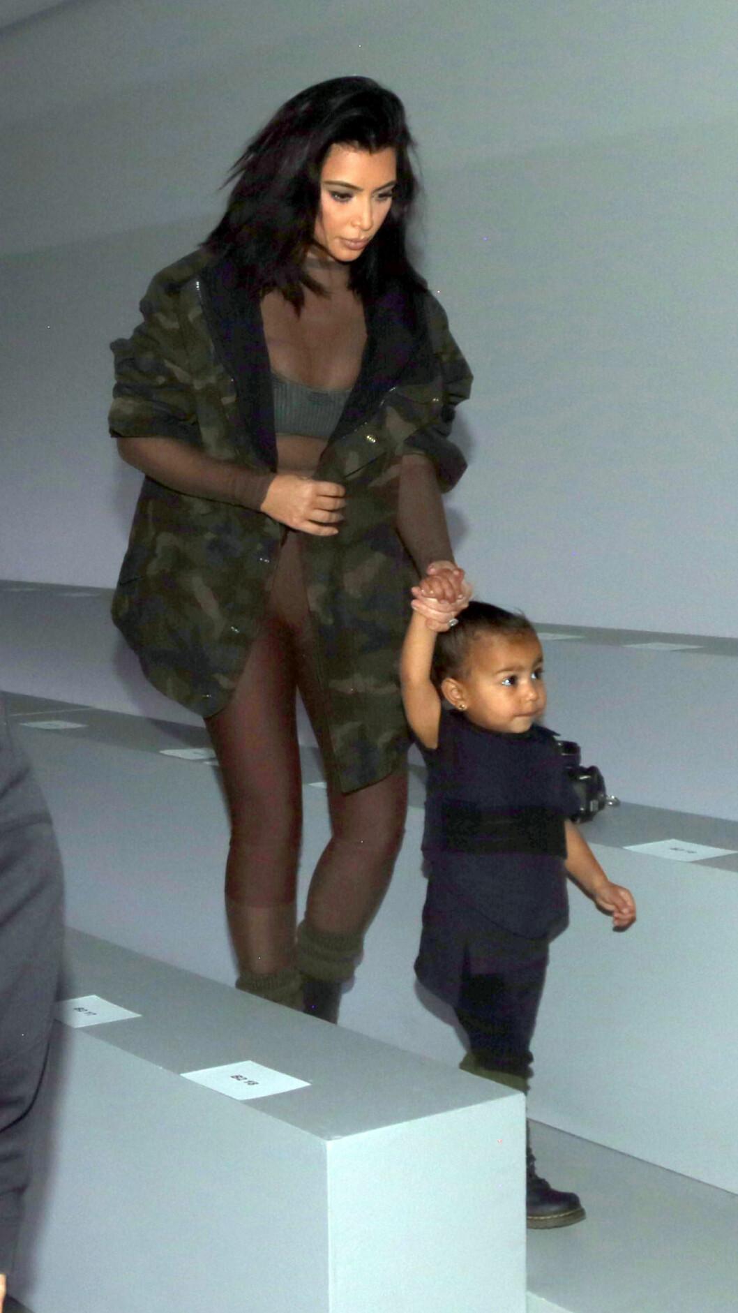 I KANYES DESIGN: Kim Kardashian iført et originalt og avslørende antrekk fra ektemannens ferske Yeezy-kolleksjon i samarbeid med Adidas. Her med North - i en miniversjon av en vest fra kolleksjonen - før visningen. Foto: Brian Prahl / Splash News/ All Over Press