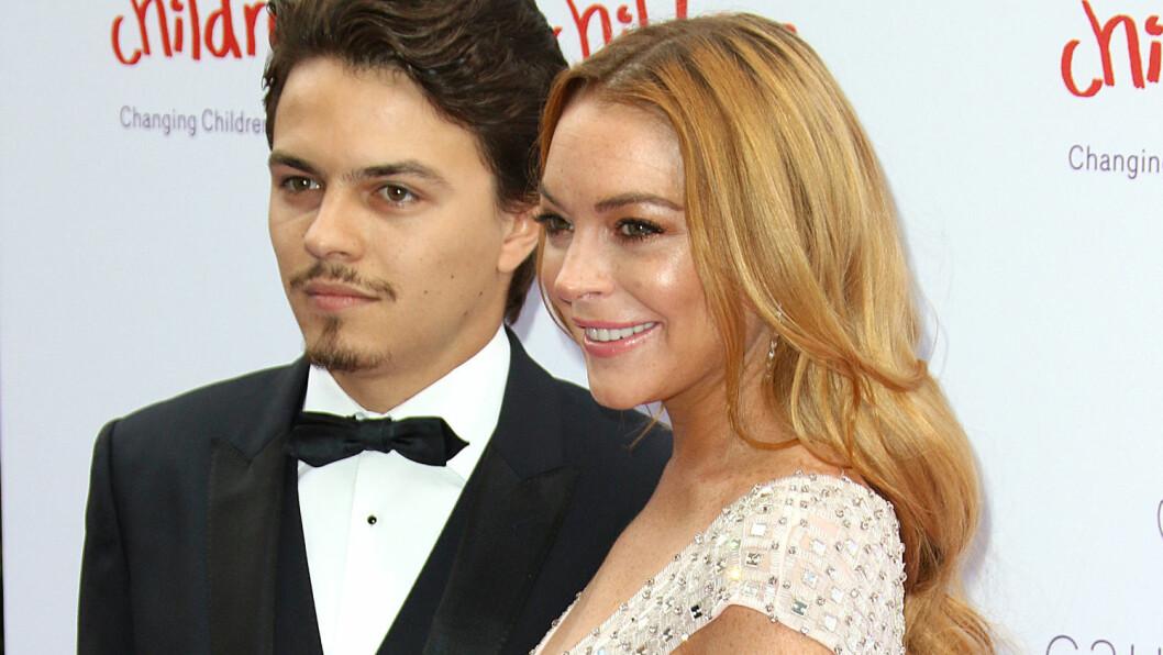 LYKKELIGERE TIDER: Her poserer Lindsay Lohan og forloveden Egor Tarabasov på rød løper i forbindelse med et veldedighetsball i juni. Nå anklager filmstjernen Tarabasov for utroskap. Foto: Splash News