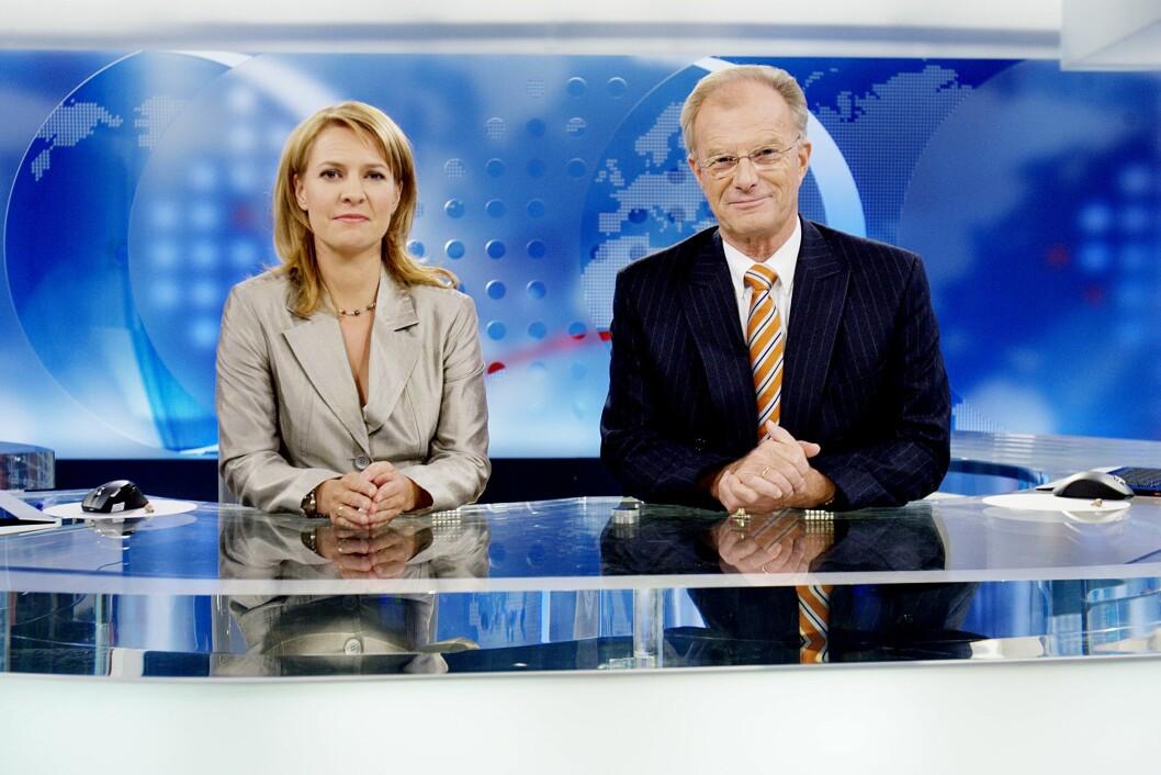 <strong>RUTINERT ANKER:</strong> Einar Lunde var nyhetsanker i «Dagsrevyen» i 40 år. Her er han avbildet med kollega Gry Blekastad Almås i 2007, tre år før han sluttet i NRK. Foto: NTB scanpix