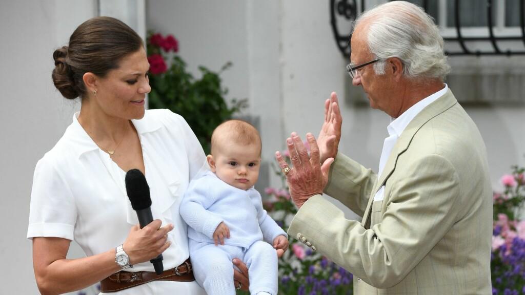 STOLT MAMMA: Prins Oscar ble midtpunktet under kronprinsesse Victorias bursdagsfeiring på Øland. Foto: Rex Features