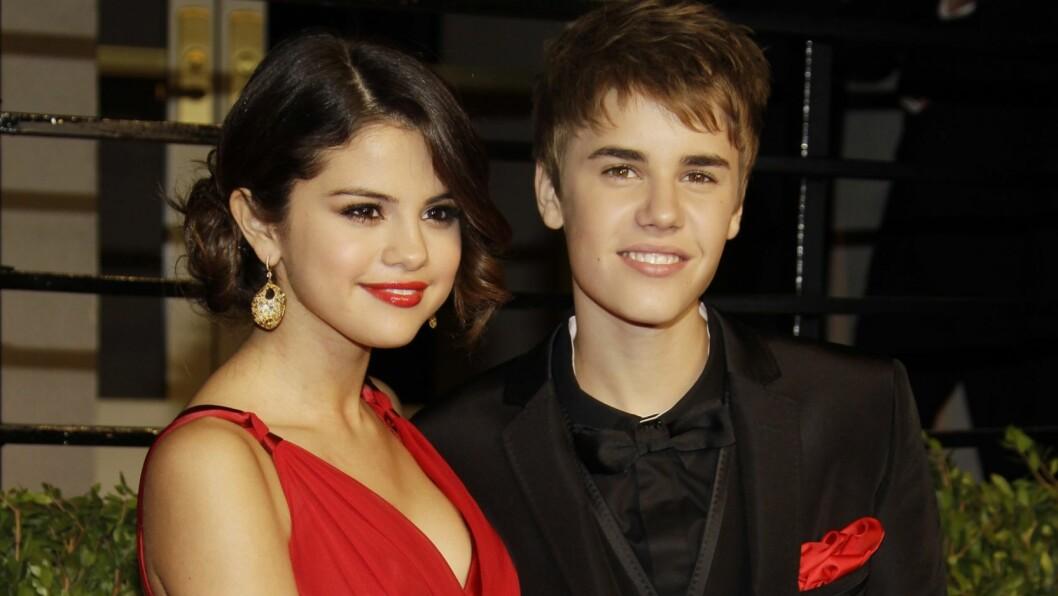SLO EKSEN: Selena Gomez og Justin Bieber hadde i tre år et svært offentlig av-og-på forhold før de gjorde det slutt i 2013, men de snakker fremdeles mye om hverandre i intervjuer. Her er de sammen på etterfesten til Oscar-utdelingen i 2011.  Foto: NTB Scanpix
