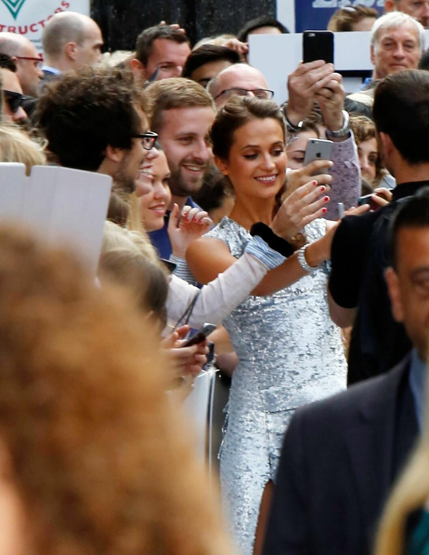 HILSTE PÅ FANSEN: Alicia nølte ikke med å stille opp på «selfies» med de fremmøtte tilskuerne. Foto: Xposure