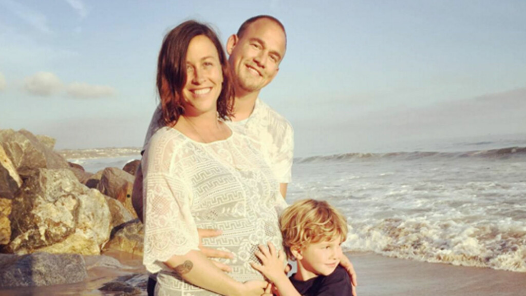 BLE TOBARNSMOR: Lørdag avslørte Alanis Morissette at hun og ektemannen Mario Treadway har blitt foreldre for annen gang. Her er hun avbildet med sønnen Ever Imre i et bilde fra mai.  Foto: Xposure