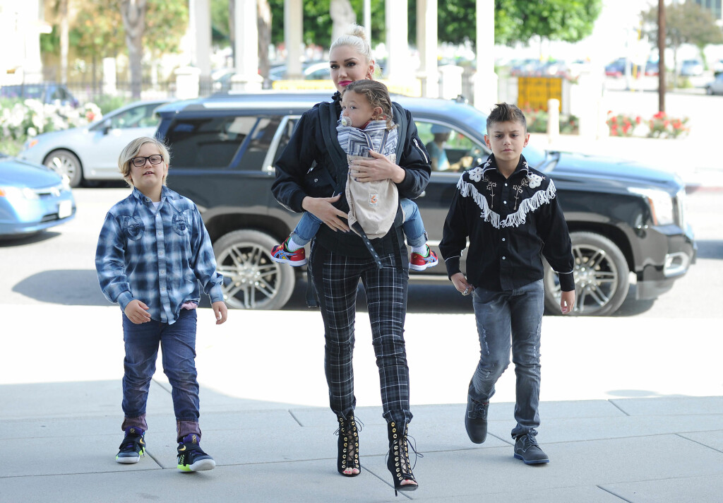 STOLT MAMMA: Her er Gwen med sønnene (f.v) Zuma, Apollo og Kingston på vei til kirken i Los Angeles i april.  Foto: Splash News