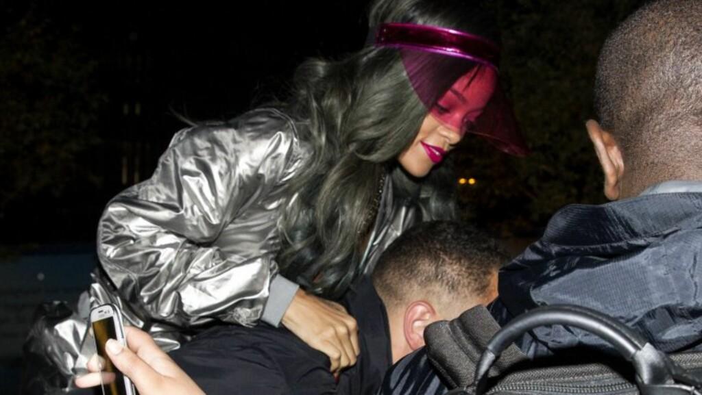 RIHANNA: Livvakten tok grep for å få Rihanna inn på hotellet i Oslo, da hun kom hjem fra båttur på Oslofjorden i 2013.  Foto: Andreas Fadum // Se og Hør