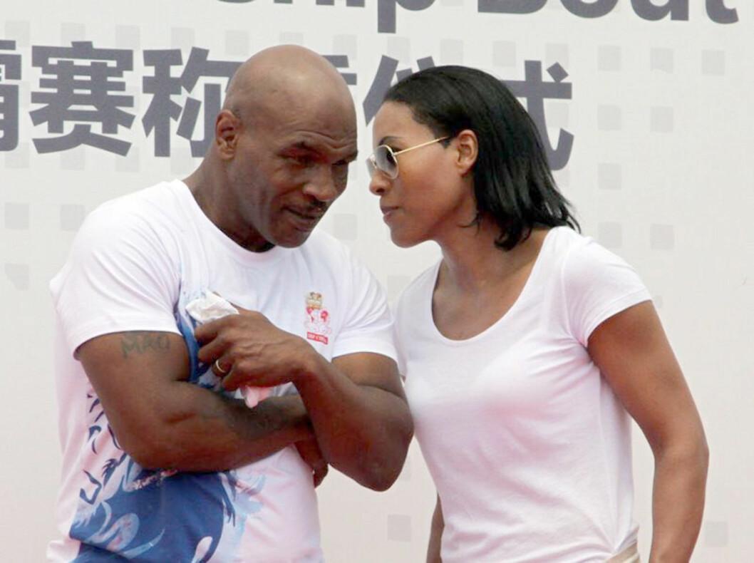 FANT TONEN: Her er Brækhus i samtale med bokselegenden Mike Tyson under et arrangement i Beijing i Kina sist måned.  Foto: NTB scanpix