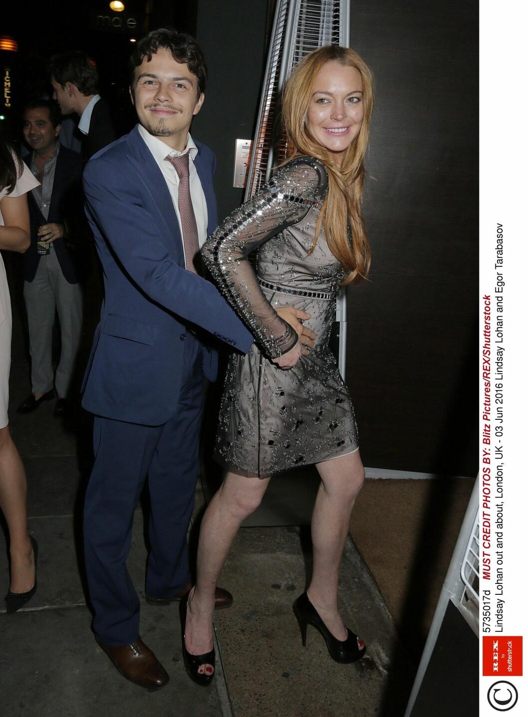 LYKKELIG FORELSKET: Tidligere denne måneden ble Lindsay og Egor fotografert da de koste seg på byen sammen i London. Foto: NTB scanpix