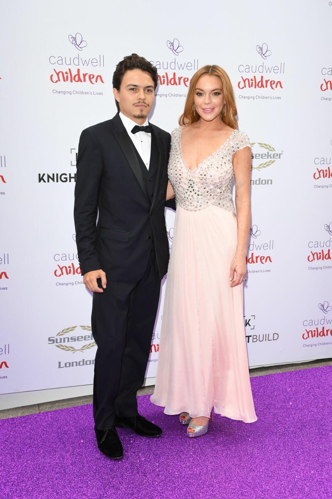 FLOTT PAR: Det gikk varmt i blitzlampende da Lindsay Lohan vise frem sin kjekke forlovede Egor Tarabasov. Foto: NTB Scanpix