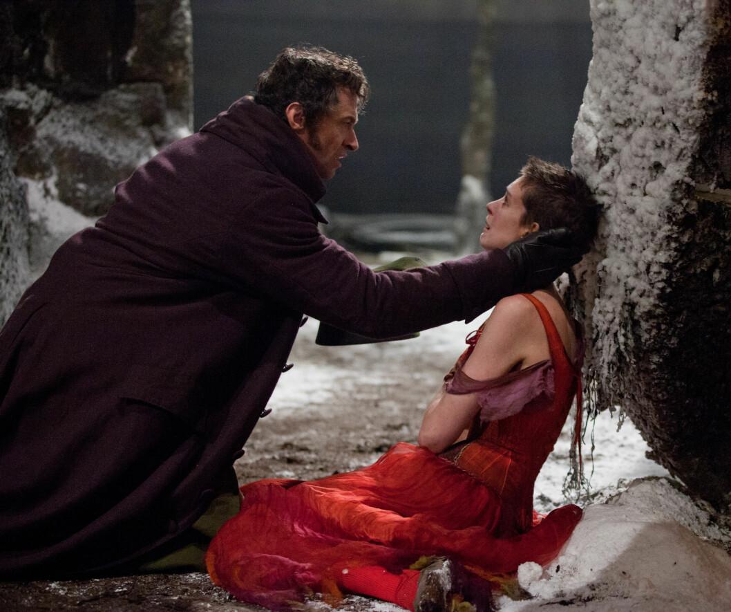 BLE SYLTYNN: Anne Hathaway har fortalt at slankingen til «Les Misérables»-rollen gikk veldig inn på henne. Her er hun i en scene fra filmen sammen med Hugh Jackman.  Foto: United International Pictures/ Filmweb.no