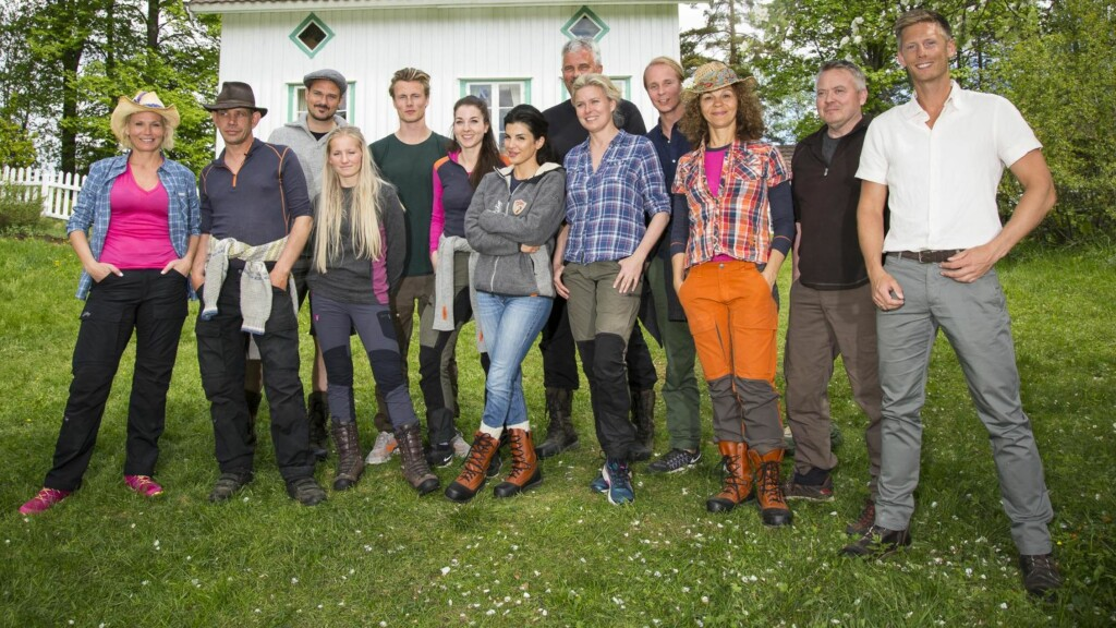 PÅ INNSPILLING: Flere av deltakerne i kjendisutgaven til «Farmen» har brukt sosiale medier under innspilling. Det kan avsløre at deltakerne har forlatt konkurransen, mens andre fortsatt kjemper inne på gården. Gruppebildet her viser Lotto-vertinne Ingeborg Myhre Luedlow (41), «Fjorden Cowboys»-stjerne Leif-Einar «Lothepus» Lothe (46), komiker og «Sofa»-stjerne Tore Petterson (37), blogger og eventyrer Tonje Blomseth (22), toppsvømmer og modell Lavrans Solli (24), tv-baker Ida Gran-Jansen (28), tidligere modell og pokerspiller Aylar Lie (32), skuespiller og programleder Jarl Goli (59), supermodell og programleder Vendela Kirsebom (49), treningsguru og tv-profil Kari Jaquesson (54), tv-kokk Lars Barmen (53) og realitykjendis Petter Pilgaard (36). Ytterst til høyre står «Farmen»-programleder Gaute Grøtta Grav. Foto: Tor Lindseth