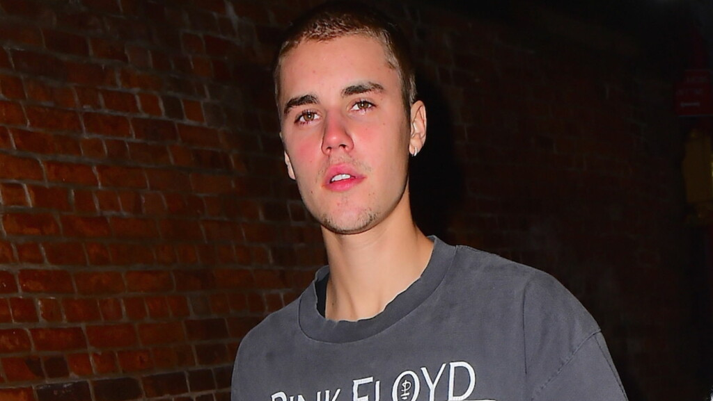 RASENDE OG BERUSET: Ifølge mannen som skal ha havnet i slåsskamp med Justin Bieber tidligere denne uken, stinket popstjernen av alkohol da de to barket sammen. Her er 22-åringen fotografert ute i New York i mai.  Foto: Splash News