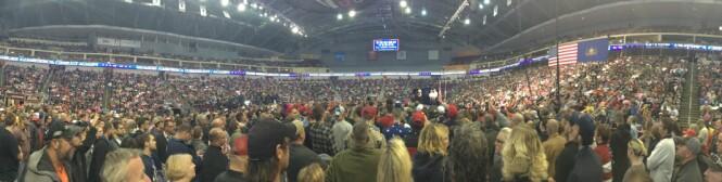SMEKKFULLT: Ikke mange samler like mange som republikanernes presidentkandiat Donald Trump. Over 10 000 hadde funnet veien til Giant Center i Hershey i Pennsylvania fredag kveld. Foto: Øistein Norum Monsen / Dagbladet