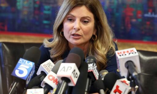 MØTTE PRESSEN: Lisa Bloom er den anyonyme kvinnens advokat, og hun møtte pressen alene da kvinnen plutselig trakk seg fra pressemøtet onsdag denne uka. Foto: Frederick M. Brown/Getty Images/AFP ==