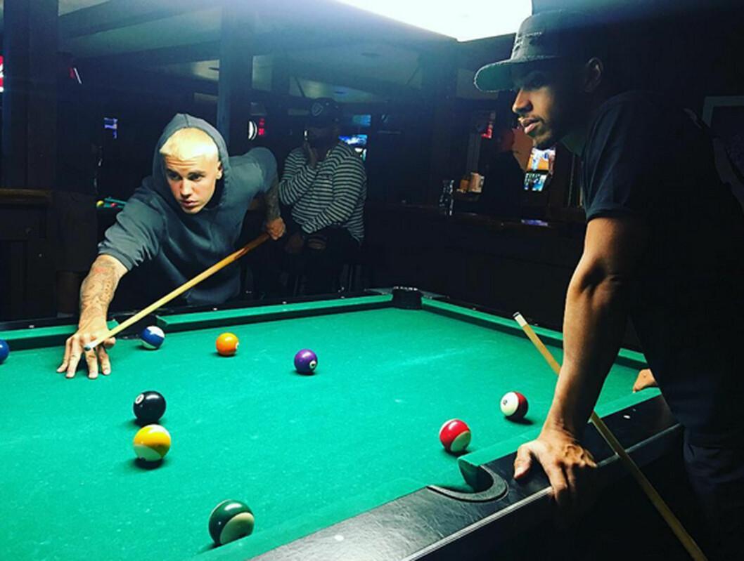 GODE VENNER: Justin har de siste dagene tilbragt tid med blant annet Formel 1-stjernen Lewis Hamilton (t.h.) og fotballstjernen Neymar. Foto: Instagram